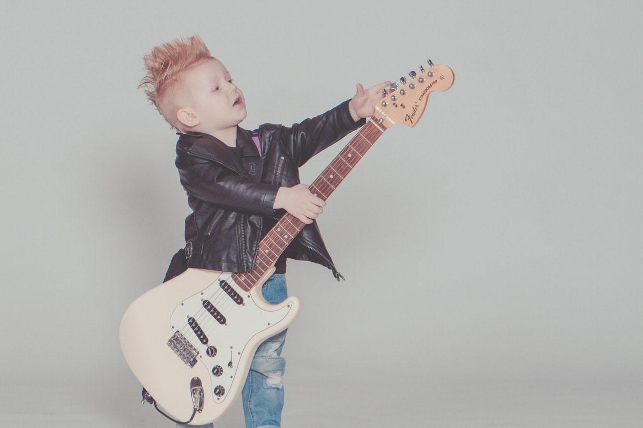eced4ed6cddca Hudba pozitívne ovplyvňuje naše správanie, zlepšuje emotívne cítenie a  pomáha nám ľahšie zvládať problémy. Ak vaše dieťa nehrá na žiadny hudobný  nástroj a ...