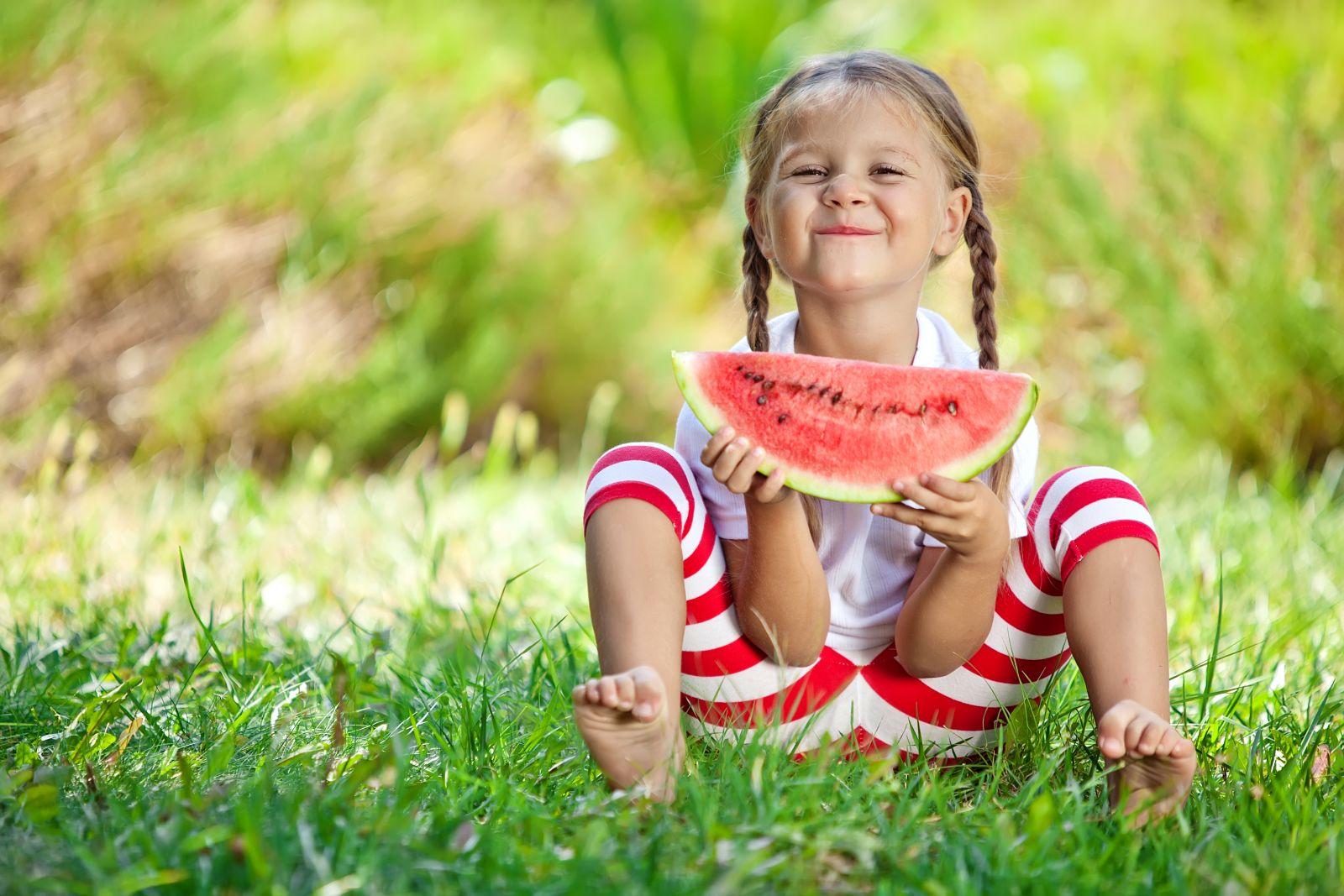 34ba7afed ... užívame si teplé slnečné lúče a omnoho viac času trávime spolu. Avšak,  obzvlášť u detí treba počas letných horúčav dbať na niekoľko dôležitých  vecí.